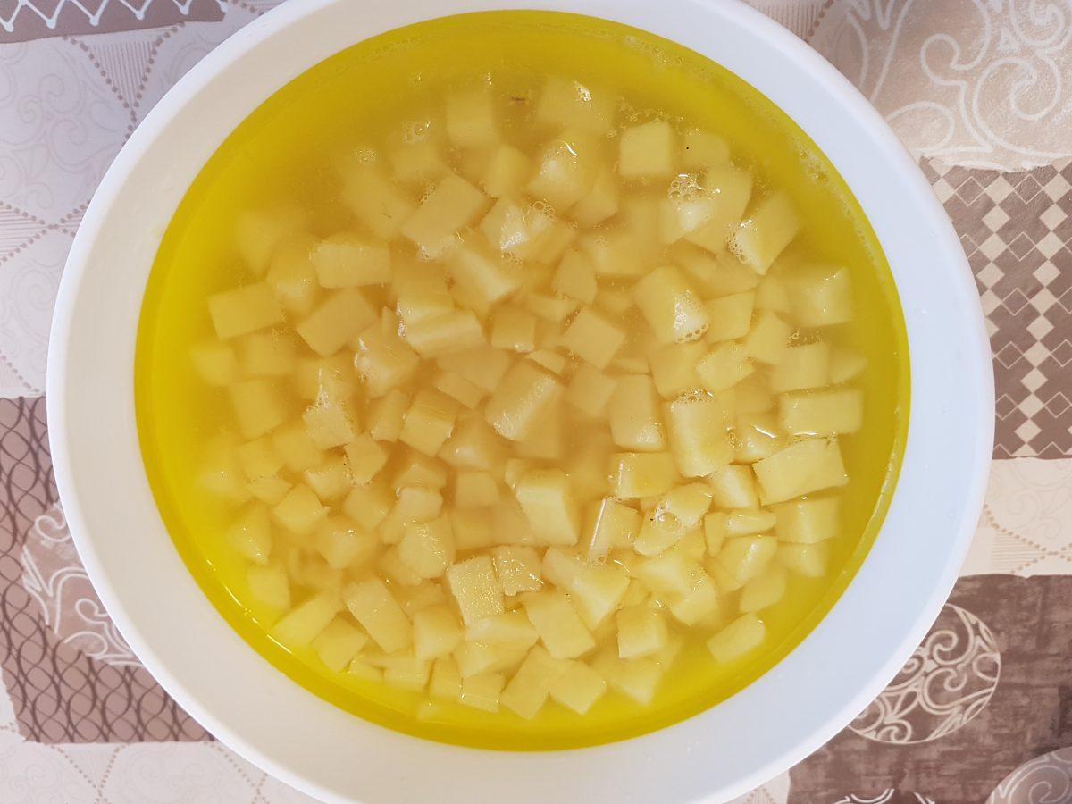 carciofi e patate fritte in padella crude