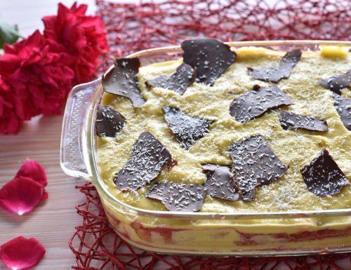 Tiramisù con savoiardi al cocco salsa di fragole e sfoglie di cioccolato