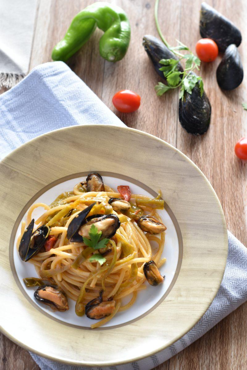 spaghetti con cozze peperoncini dolci e cremina di alici 1