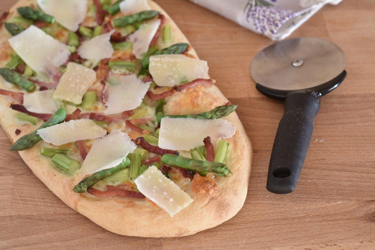 pizza croccante con speck asparagi e petali di grana
