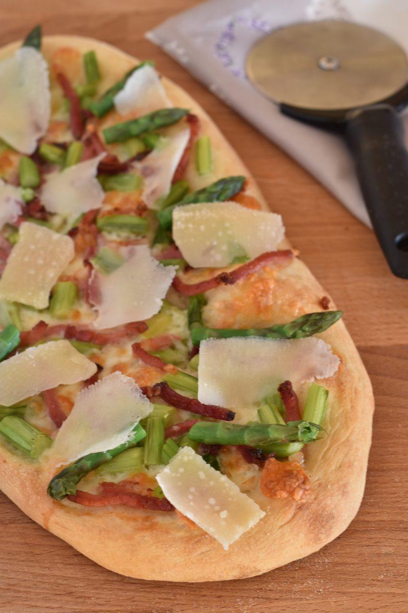pizza croccante con speck asparagi e petali di grana ve