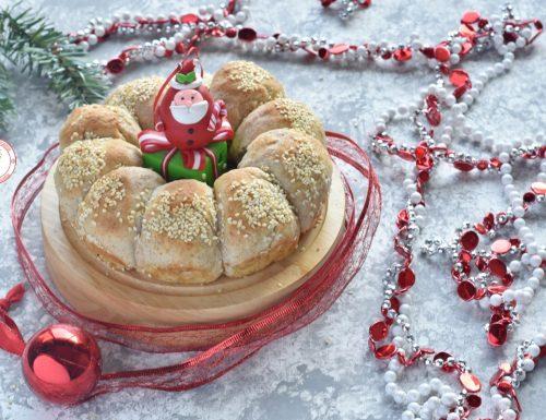 Corona di panini integrali per il centrotavola di Natale