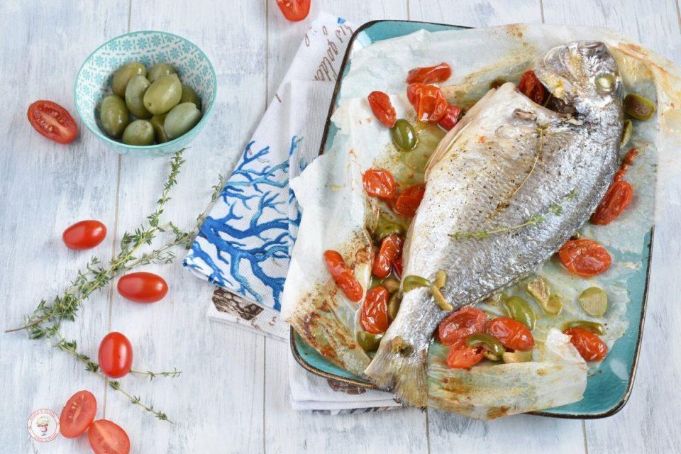 orata al forno con pomodorini e olive verdi