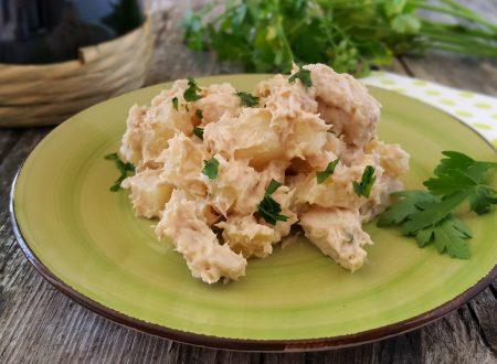 Insalata di pollo e patate in salsa tonnata fresca e gustosa