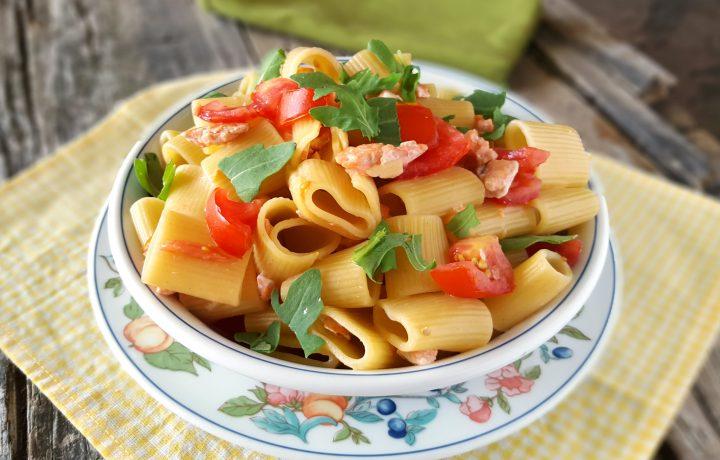 Pasta fredda pomodori salmone e rucola primo piatto gustoso