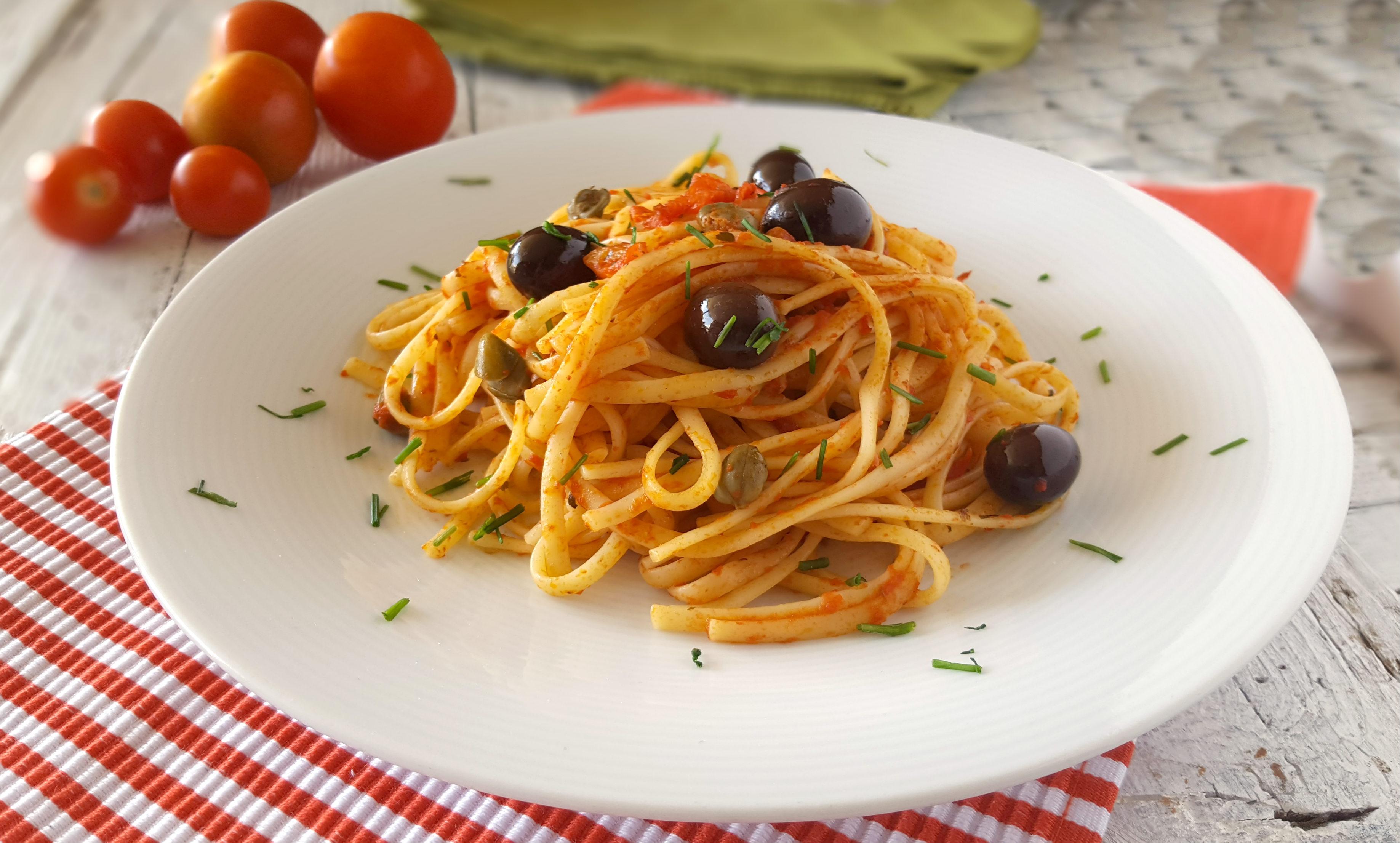 Linguine alla marinara con olive e capperi primo piatto veloce