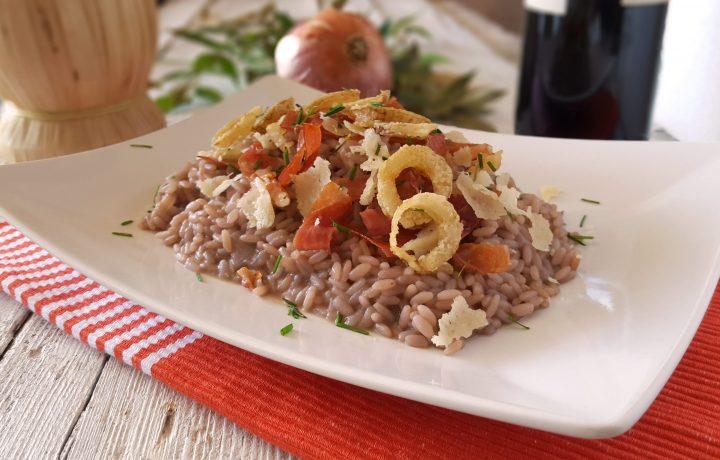 Risotto al lambrusco con prosciutto cipolle e parmigiano croccanti