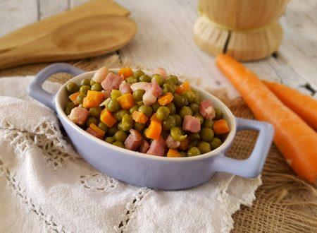 Piselli carote e pancetta in padella