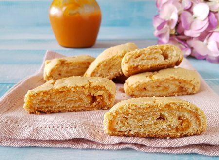 Biscotti arrotolati alla marmellata di arance