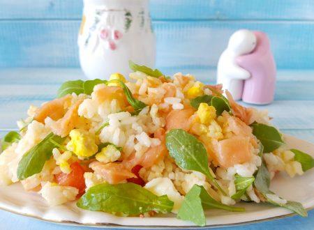 Insalata di riso salmone e rucola fresca e leggera