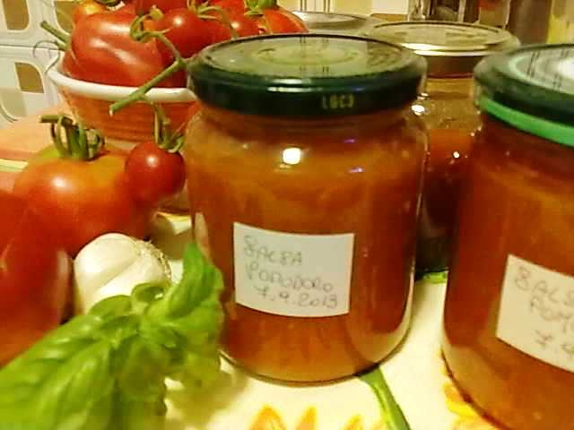 Salsa di pomodoro cremosa da conservare per l'inverno