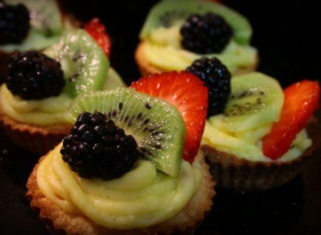 cestini di pasta frolla con crema pasticcera e frutta