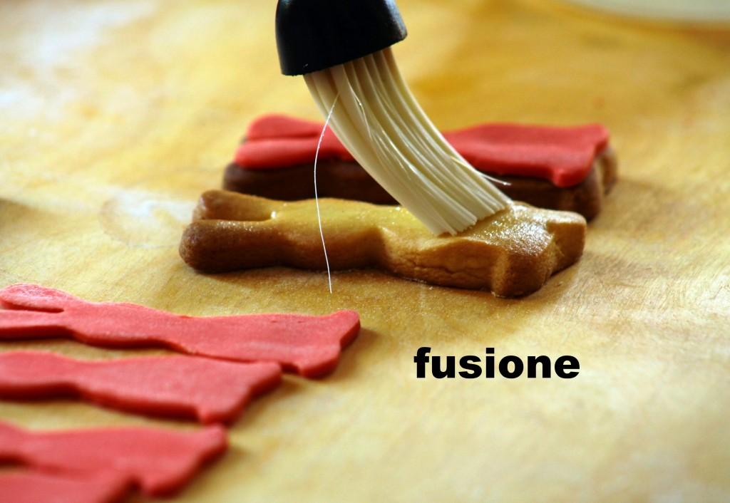 incollare la pasta di zucchero