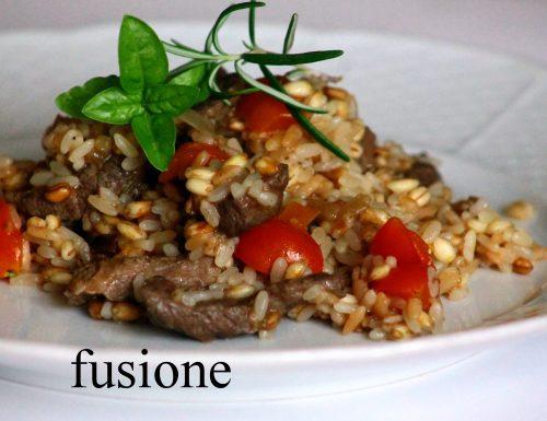 insalata mix cereali: riso, farro, orzo, carne e verdure