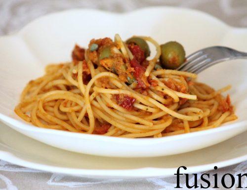 spaghetti pesto pomodori secchi con olive e capperi