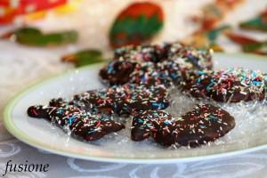 biscotti pasquali decorati con glassa al cioccolato