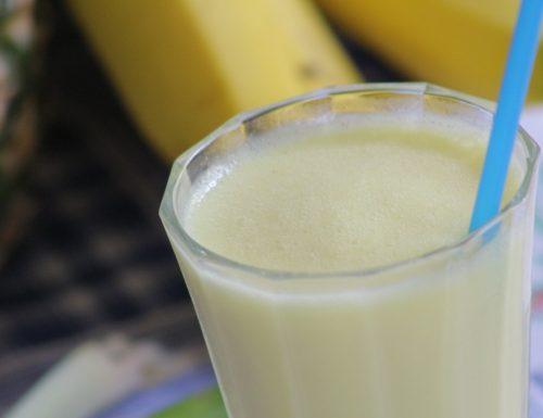 Frullato ananas banana e yogurt