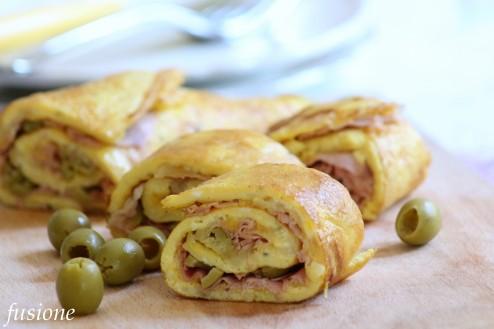 rotolo di frittata farcito con mozzarella prosciutto cotto e olive