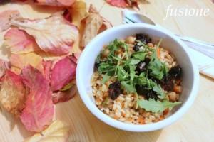 insalata mista di cereali con verdura e frutta