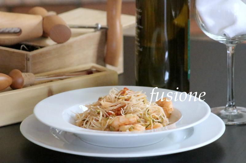 noodles di riso con gamberi e verdure
