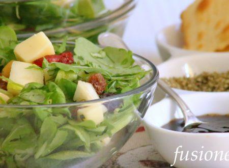 insalata con formaggio e frutta, un mix di energia
