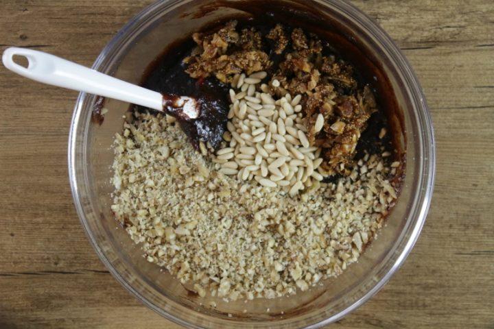 castagne secche e fichi secchi sminuzzati per la preparazione del pesto per tortellini dolci