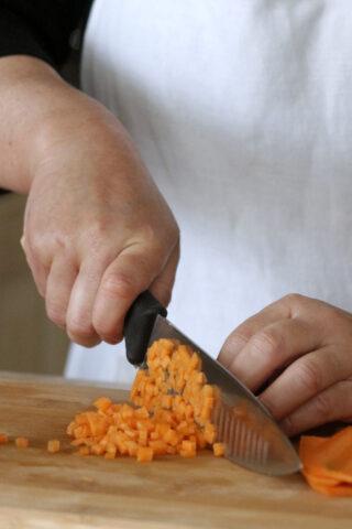 come pulire la carota e tagliarla a dadini