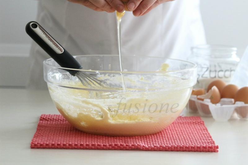 come aggiungere le uova nell'impasto