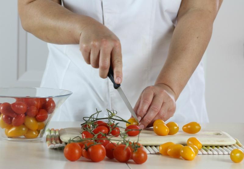 tagliare i pomodorini
