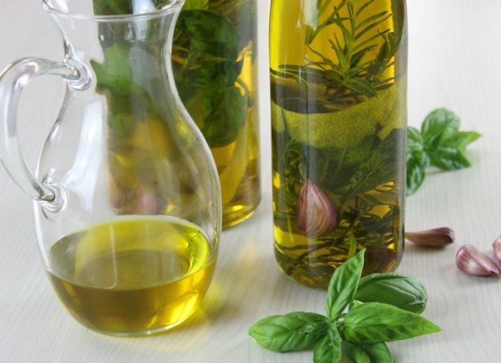olio aromatizzato alle erbe aromatiche