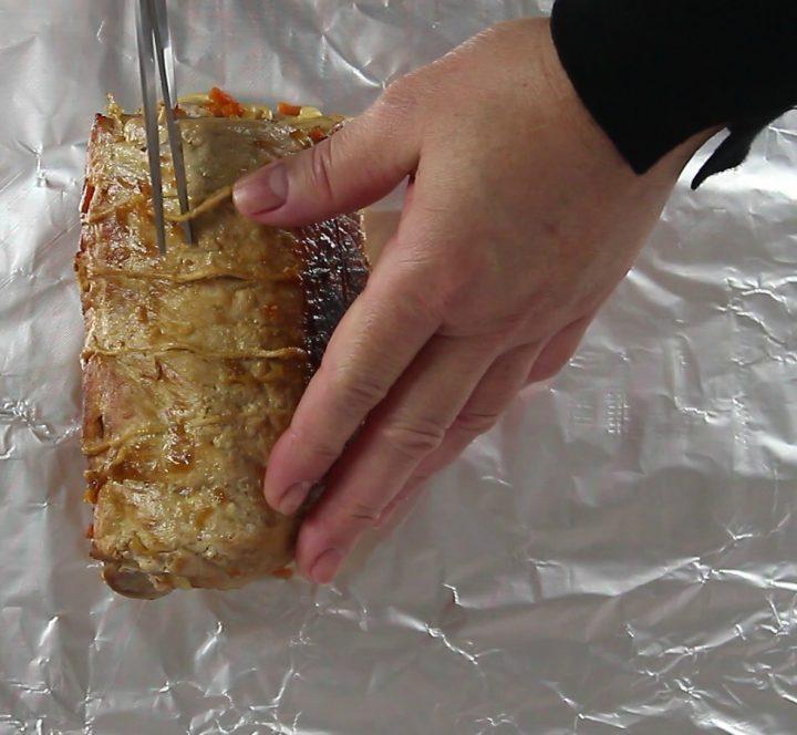 eliminare lo spago con le forbici