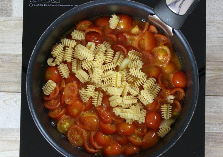 pasta risottata con pomodorini in cottura