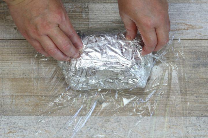 avvolgere la carne con pellicola trasparente per alimenti