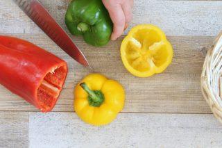 come tagliare i peperoni per farcirli e cuocerli in forno