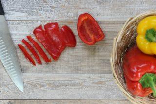 come tagliare i peperoni a strisce