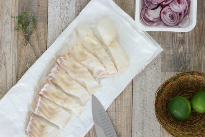 tagliare il filetto di merluzzo a tranci regolari