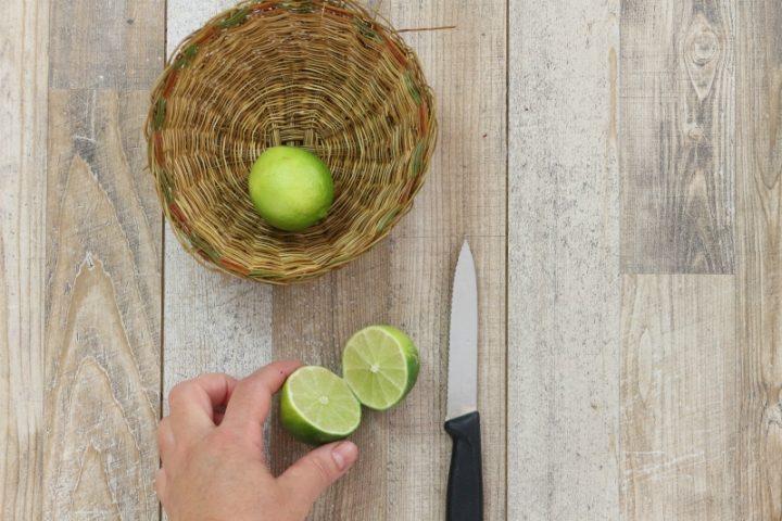 tagliare a metà il lime e ricavare il succo