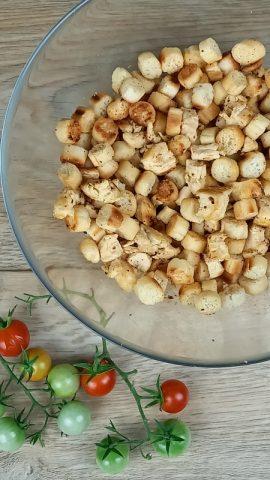 filetto di pollo a dadini e crostini di pane