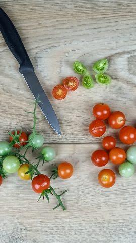 pomodorini ciliegini come ingrediente dell'insalata di pollo e verdure