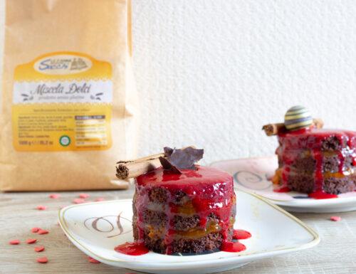 Torta senza glutine al cioccolato, cannella, marmellata e salsa di fragole