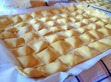 Ravioli di spigola con crema di pomodoro panna e gamberetti