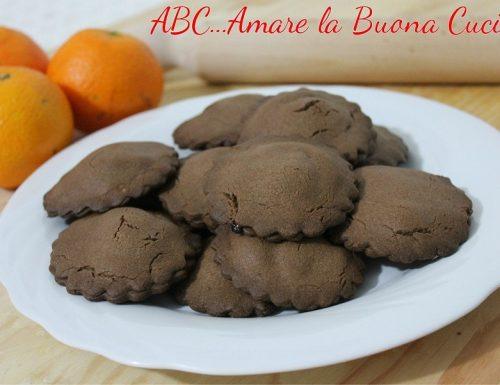 Biscotti al cacao ripieni di crema di arance