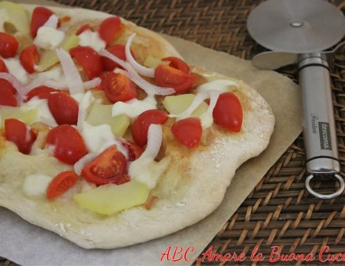 Pizza con Pomodorini, Patate e Cipolla