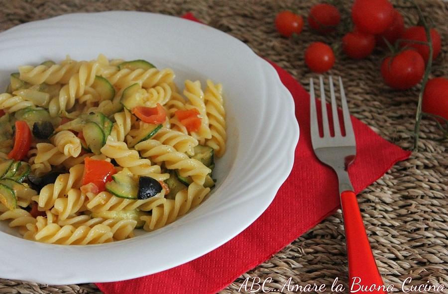 fusilli con zucchine, pomodorini e olive