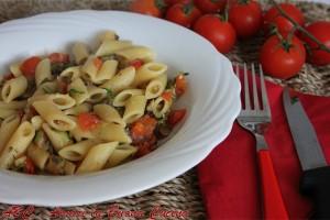 mezze penne con vongole, zucchine e pomodorini