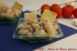 mini-insalata con fagioli, tonno e cipolla