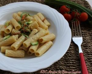 pasta con zucchine, fiori di zucca e sottilette
