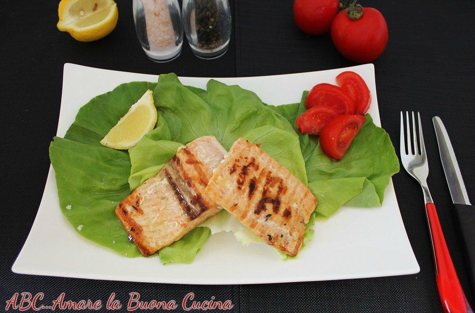 filetto di salmone su letto di insalata