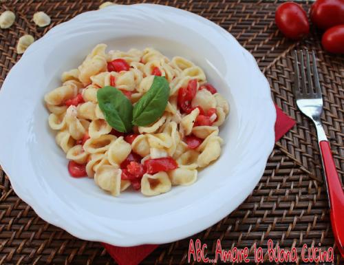 Orecchiette con Pomodorini e Mozzarella
