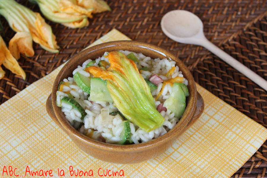 risotto con zucchine, fiori di zucca e pancetta